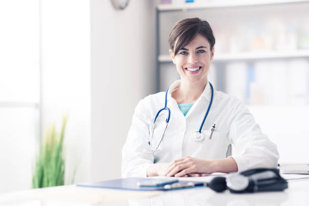 Médico, trabalhando na mesa de escritório - foto de acervo