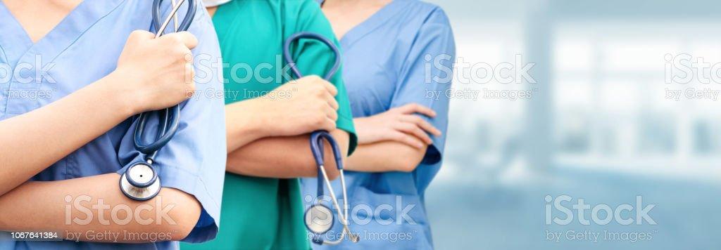 Mit anderen Ärzten im Krankenhaus tätiger Arzt. – Foto
