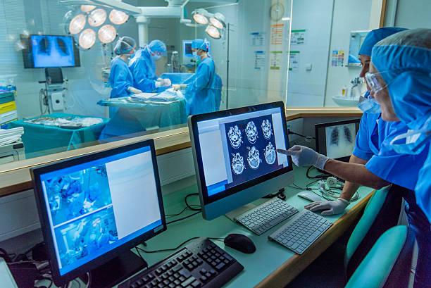 médico de hospital trabajando en la sala de control - equipo médico fotografías e imágenes de stock