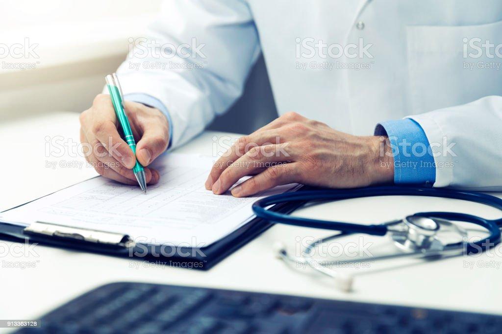 Arzt, arbeiten im Büro, Schreiben von Dokumenten – Foto