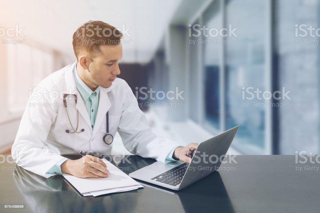 Arzt arbeiten am Schreibtisch mit laptop – Foto