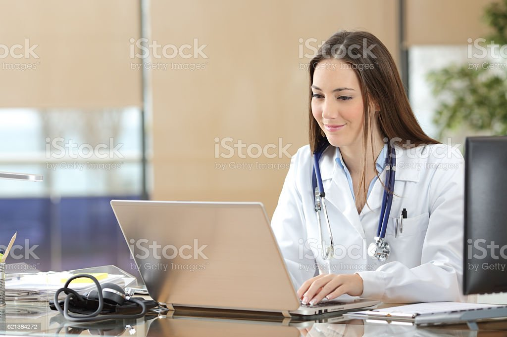 Doctor working on line in a consultation – Foto