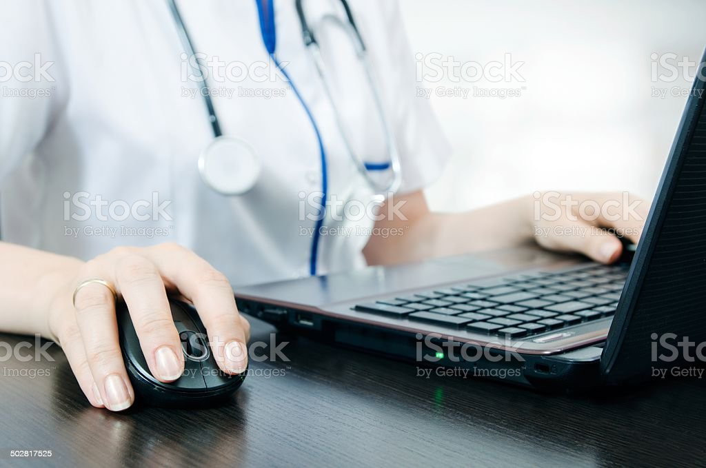 Arzt arbeiten mit laptop im Büro – Foto