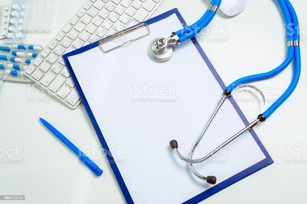 médico no local de trabalho com um estetoscópio - Foto de stock de Branco royalty-free