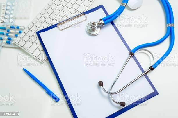 Foto de Médico No Local De Trabalho Com Um Estetoscópio e mais fotos de stock de Branco