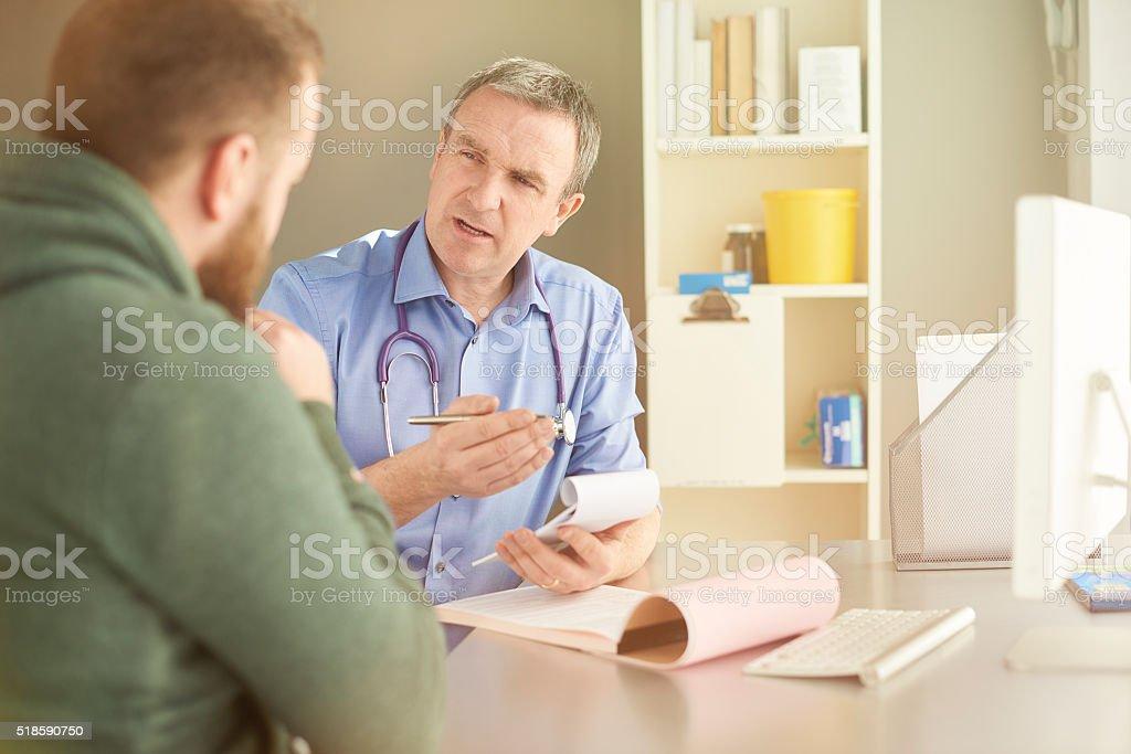 Médico Escribiendo una receta - foto de stock