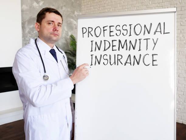 el doctor escribió la inscripción seguro de indemnización profesional médica. - indemnización compensación fotografías e imágenes de stock