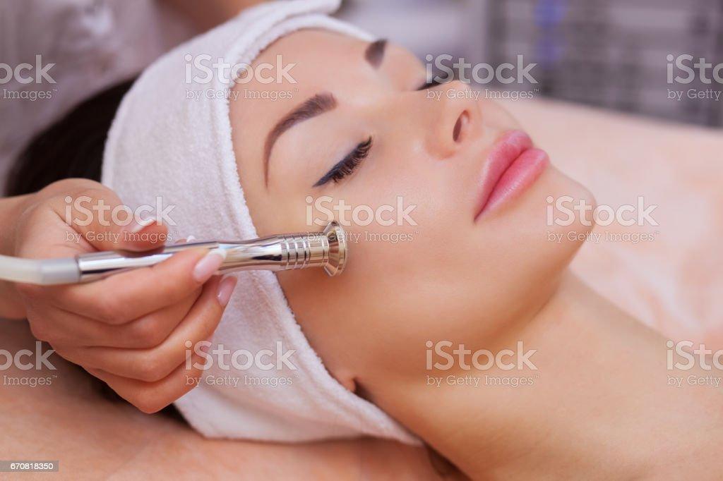 医師美容師美容サロンで美しい、若い女性の顔の皮膚のマイクロダーマブレーションの手順になります ロイヤリティフリーストックフォト
