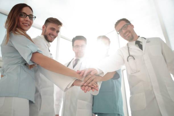 médicos e enfermeiros coordenam as mãos - profissional da área médica - fotografias e filmes do acervo