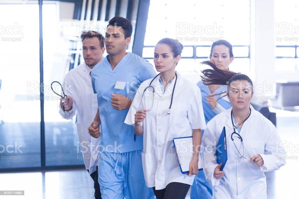 醫生和護士為緊急沖 免版稅 stock photo