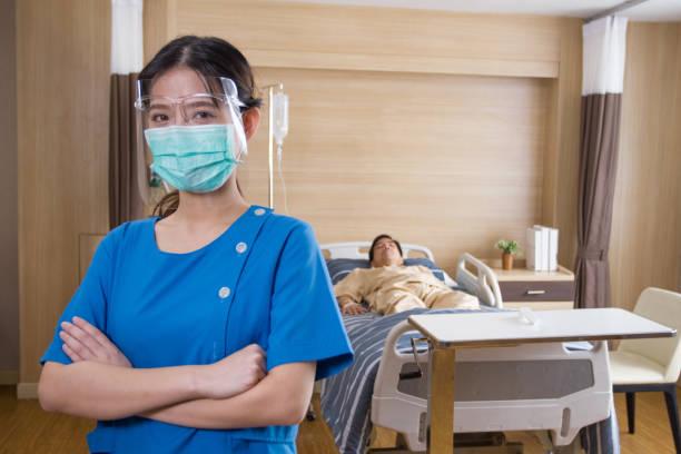 artsen en verpleegkundigen vatten de resultaten van het bezoek samen. - infuusoplossing stockfoto's en -beelden