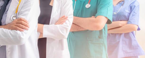 médicos e enfermeiros com uniforme e estetoscópio coordenam as mãos. trabalho em equipe conceito no hospital pelo trabalho de sucesso e confiança na equipe - profissional da área médica - fotografias e filmes do acervo