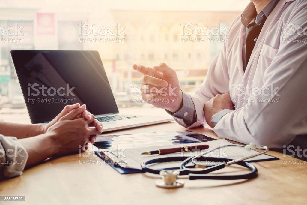 Médicos y pacientes sentarse y hablaran. En la mesa cerca de la ventana en el hospital. - Foto de stock de Adulto libre de derechos