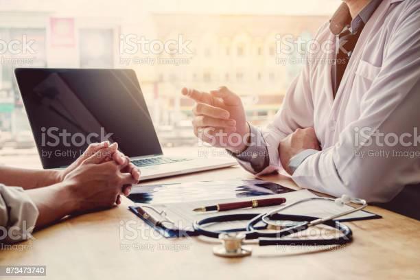 Médicos Y Pacientes Sentarse Y Hablaran En La Mesa Cerca De La Ventana En El Hospital Foto de stock y más banco de imágenes de Adulto