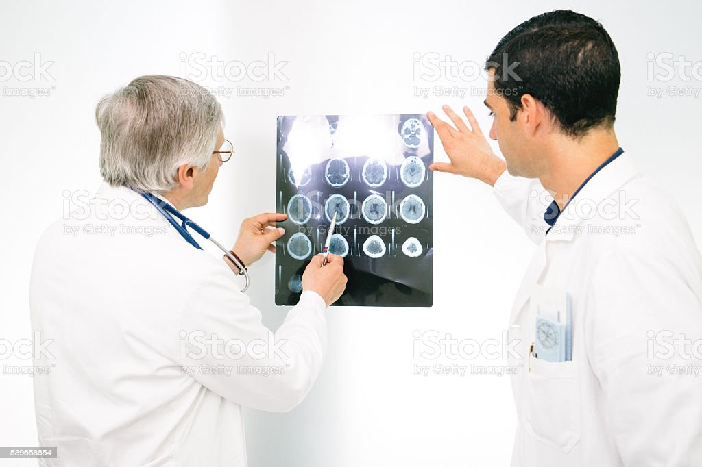 Arzt Beratung über Eine Magnetresonanztomographie Des Gehirns Stock ...