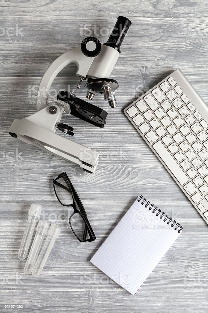 doctors desk with microscope and test tubes top view photo libre de droits