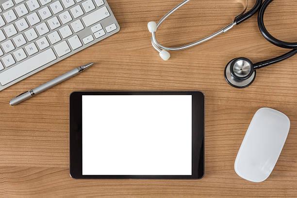 Ärzte Schreibtisch mit tablet-computer – Foto