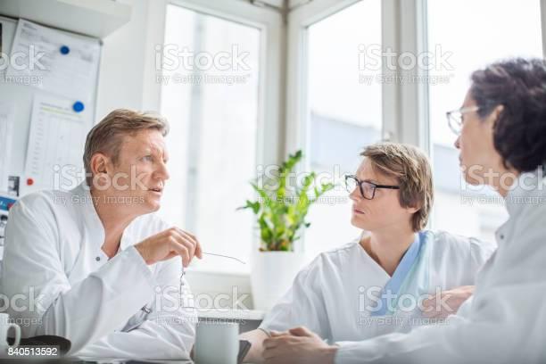 Doctors discussing during coffee break in hospital picture id840513592?b=1&k=6&m=840513592&s=612x612&h=1roi27zqqcqedqyxwuhcnzwzcikn1cdsdobpadft7hq=