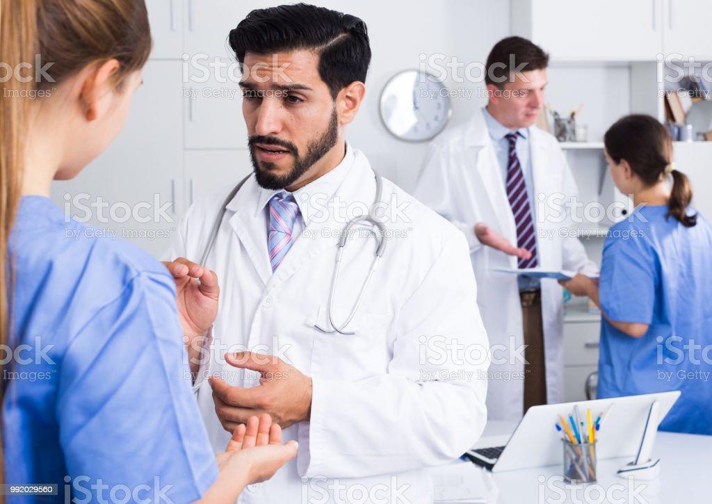 Doutores, discutindo no escritório - foto de acervo