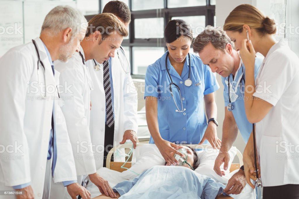 Médecins examinent patiente photo libre de droits