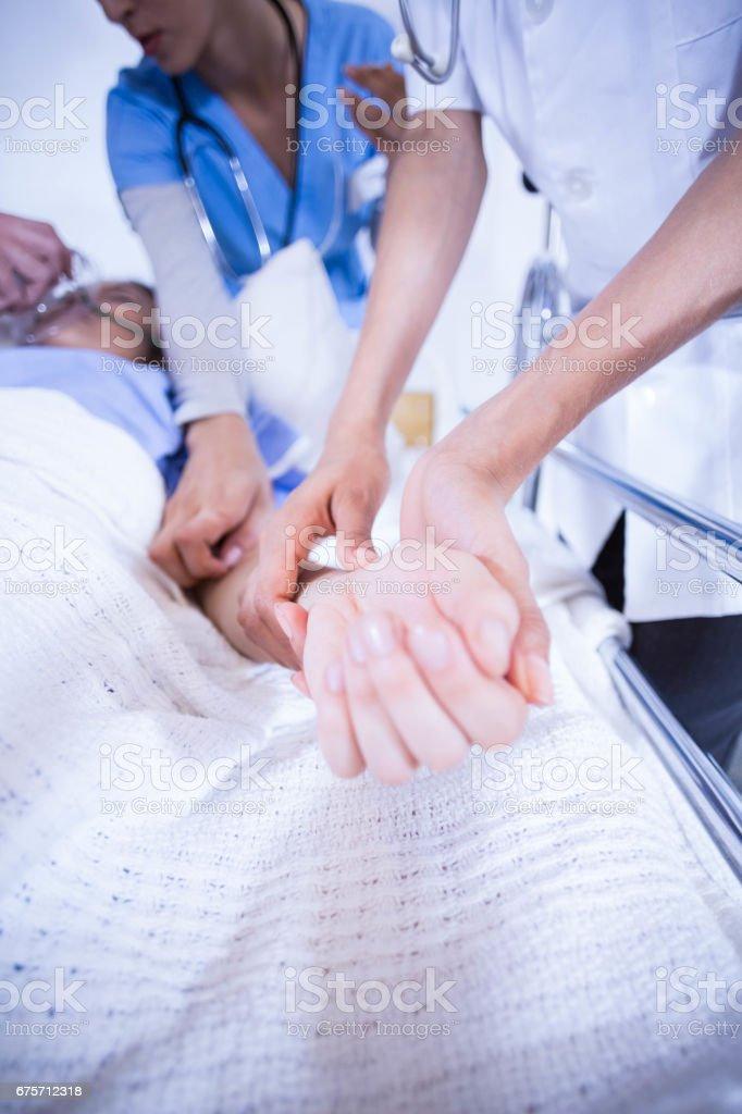 醫生檢查病人在床上 免版稅 stock photo