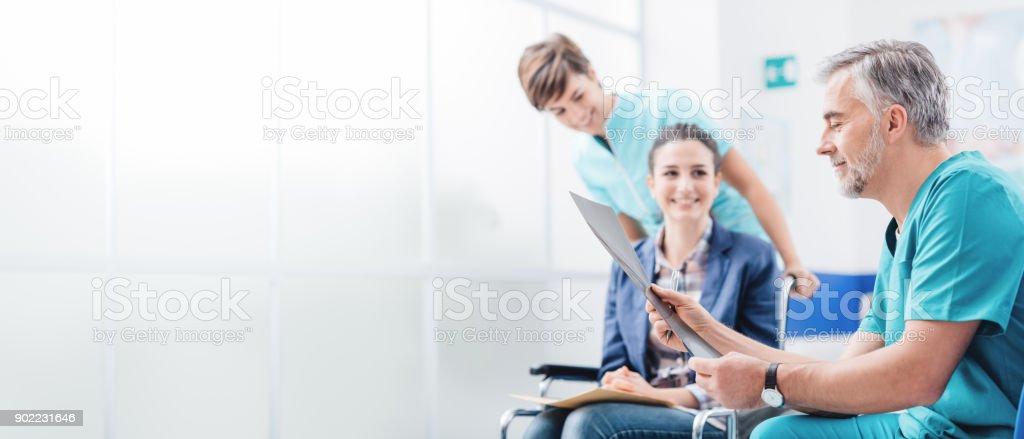 Médicos examinando paciente's médica registros - foto de acervo