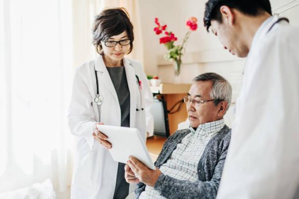 Ärzte erklären japanischen Patienten Testergebnisse – Foto