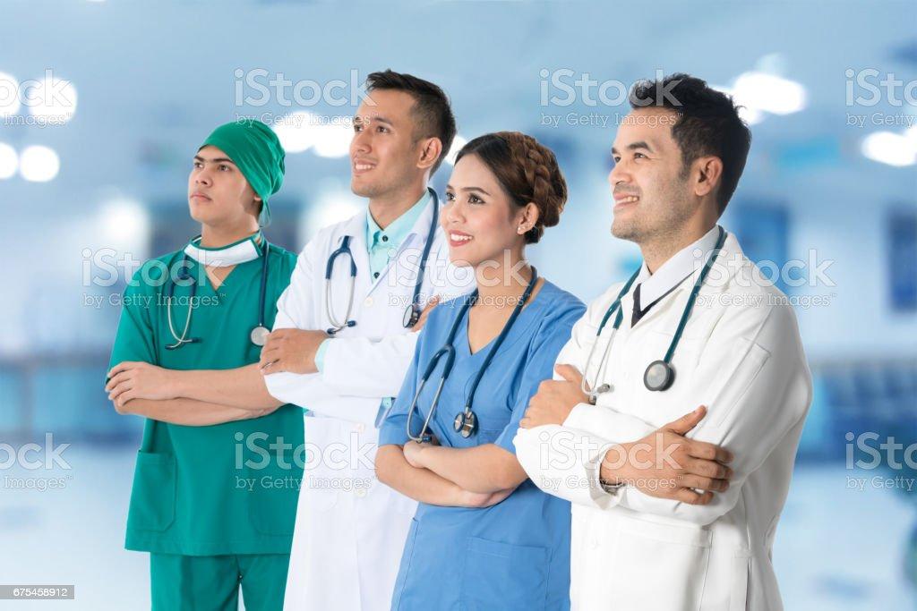 Groupe de médecins, chirurgien et infirmière sur fond de l'hôpital photo libre de droits
