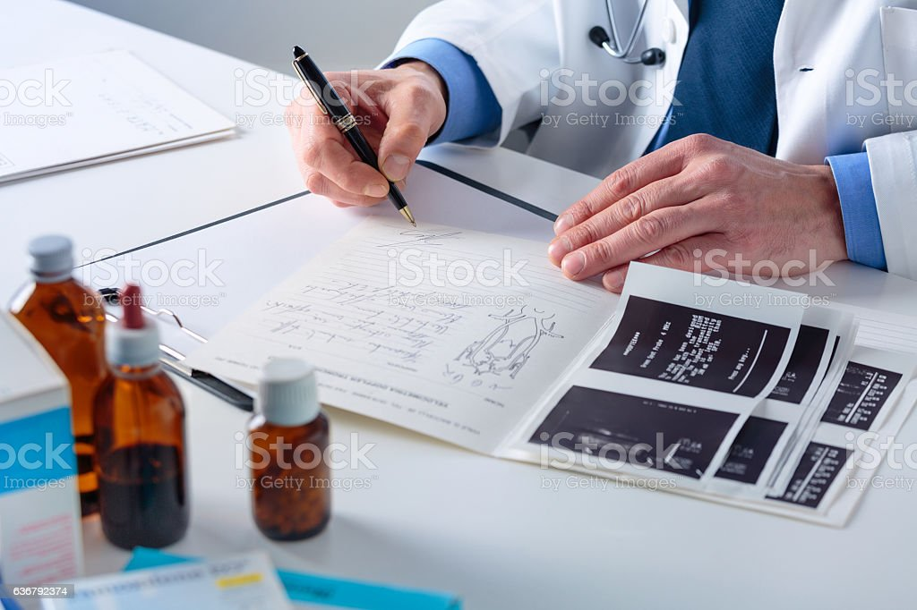 Doctor's hands sogning on a Medical Report at his Office – Foto