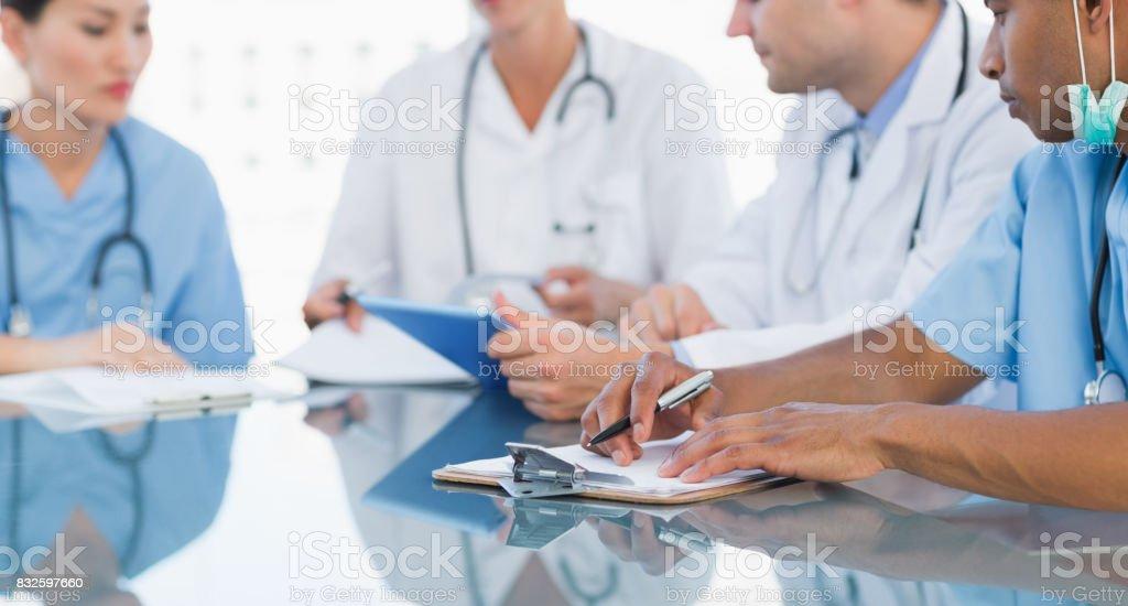 Ärzte in einer Besprechung im Krankenhaus - Lizenzfrei 20-24 Jahre Stock-Foto