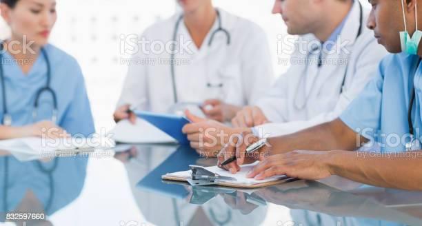 Ärzte In Einer Besprechung Im Krankenhaus Stockfoto und mehr Bilder von Arzt