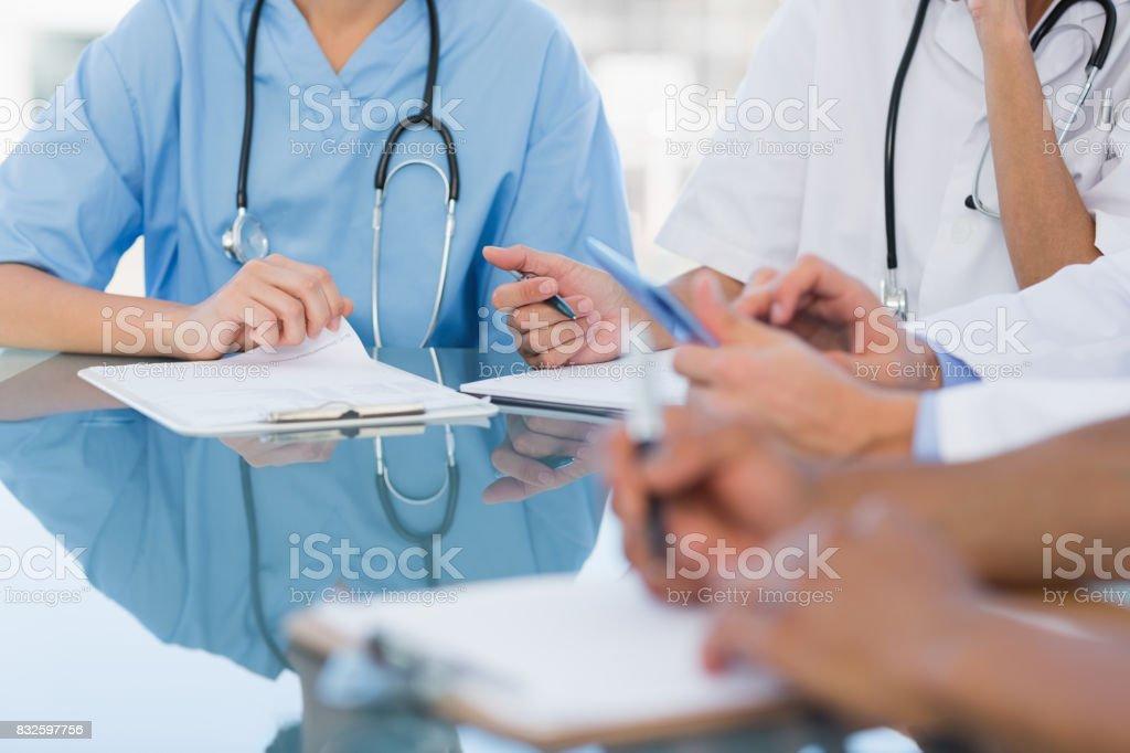Ärzte in einer Besprechung im Krankenhaus - Lizenzfrei 25-29 Jahre Stock-Foto
