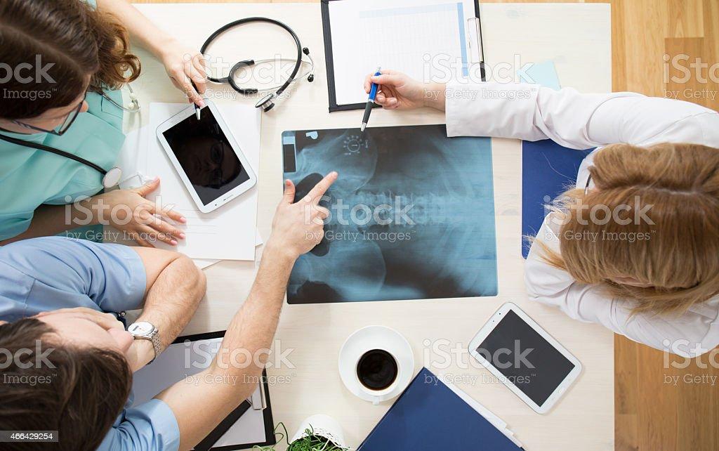 Los médicos la interpretación imagen de rayos x - foto de stock