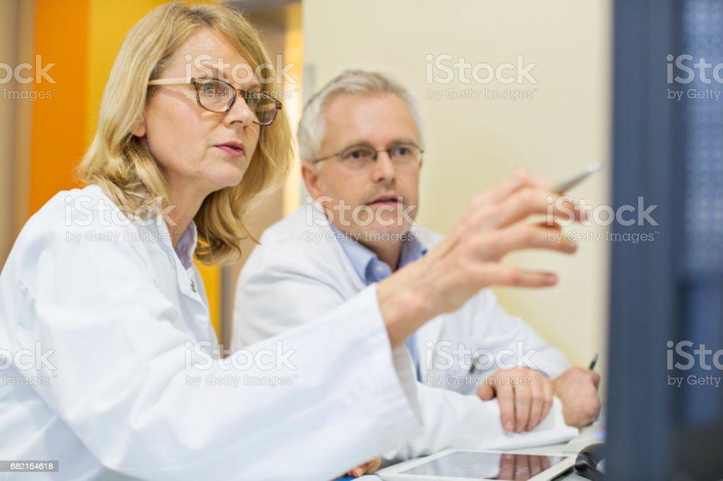 Blick auf Computer am Schreibtisch im Krankenhaus Ärzte – Foto