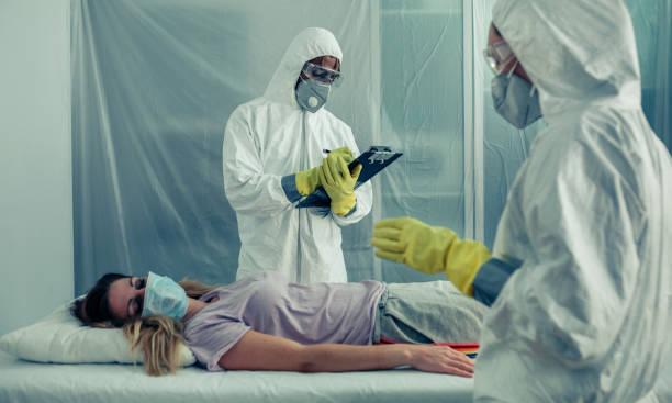 Ärzte mit bakteriologischem Schutz klagen bei der Untersuchung eines Patienten – Foto