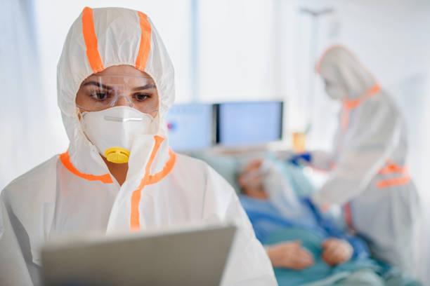 Ärzte mit Schutzanzügen im Krankenhaus, Coronavirus-Konzept. – Foto