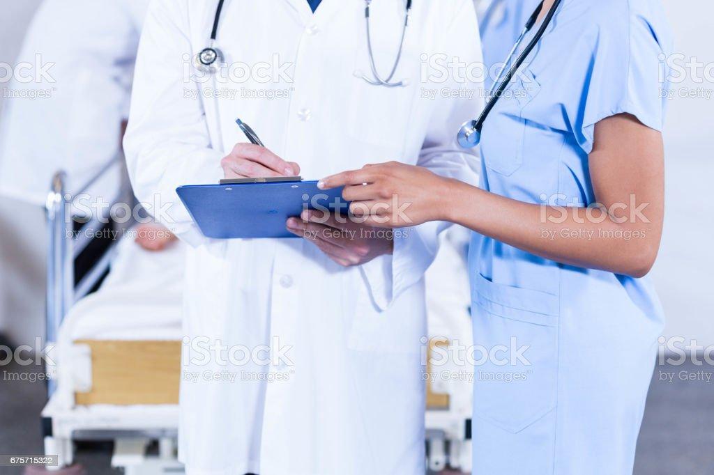 醫生寫在剪貼簿上 免版稅 stock photo
