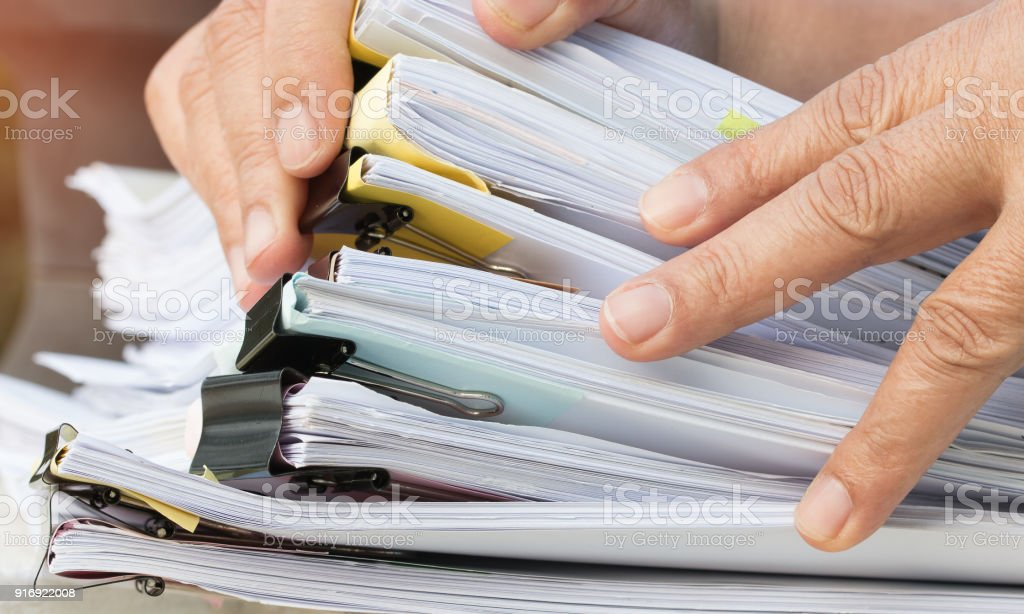 Bericht und Geschäft beschäftigt Konzept: asiatische Geschäftsmann Hände arbeiten in vielen Dokumenten Stacks von Ordnern im Amt für Geschäftsbericht Dateien, haufenweise unfinish Blatt Ordner enge Jahresbudget. - Lizenzfrei Akte Stock-Foto