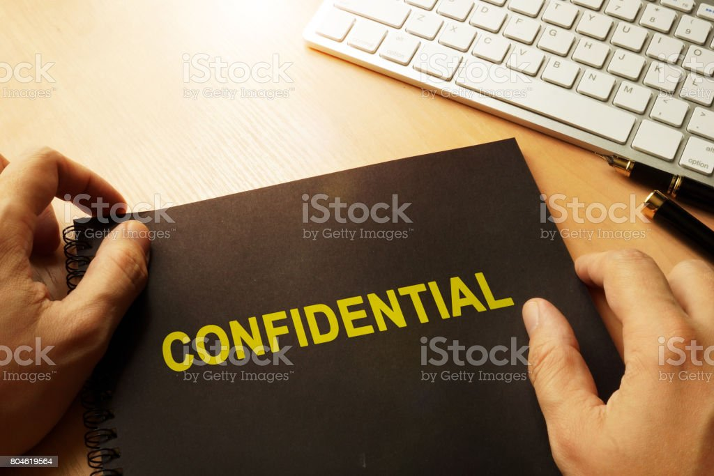 Document with label confidential on a table. - Foto stock royalty-free di Affari