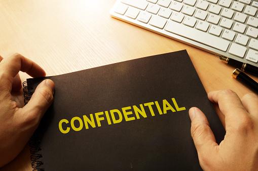 Document With Label Confidential On A Table - Fotografie stock e altre immagini di Affari