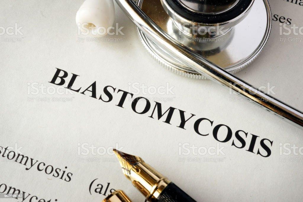 Documento com a palavra Blastomicose em um hospital. - foto de acervo