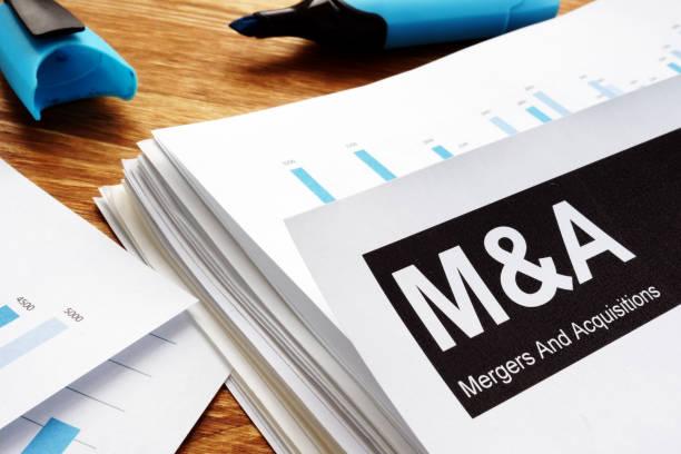 dokumente über mergers & acquisitions m & ein mit einem stift. - fusionen und übernahmen stock-fotos und bilder