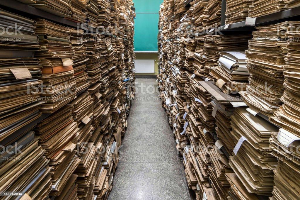 documents in folders on shelves – zdjęcie
