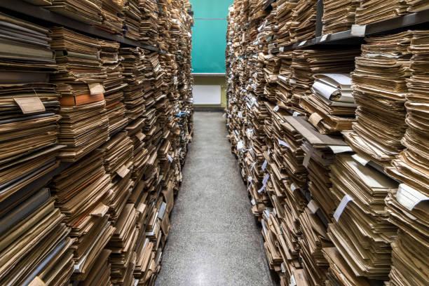 documentos em pastas nas prateleiras - foto de acervo