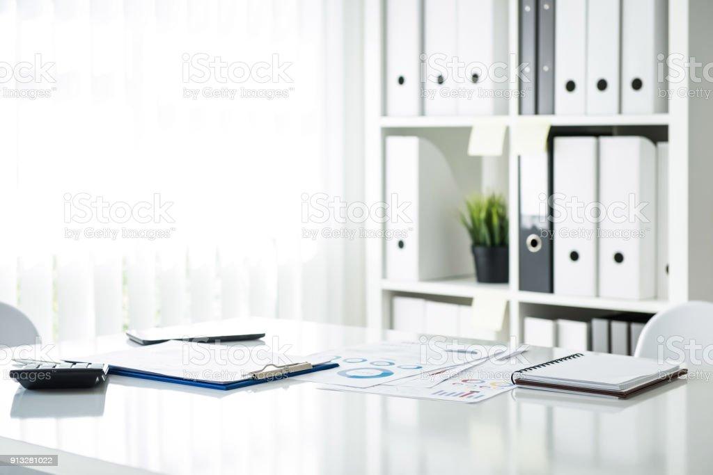 Dokumente auf einem Tisch im Tagungsraum im Büro – Foto