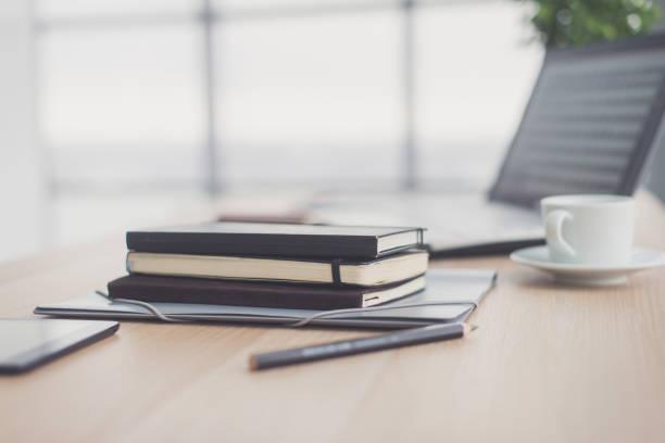 Dokumente zur Bürotisch mit Stift und digitale Tablett als Arbeit Raum Geschäftskonzept. – Foto