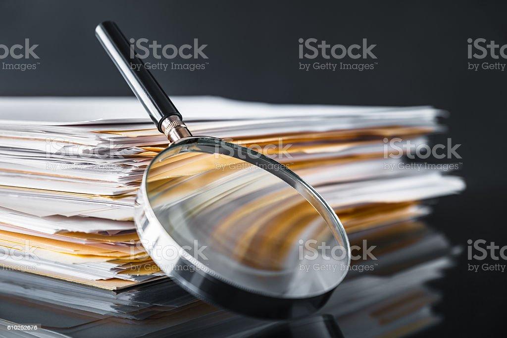 Búsqueda de documentos - foto de stock