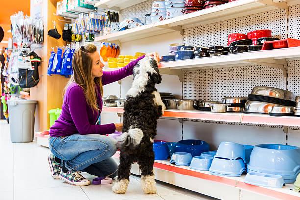Chien et son propriétaire de Magasin animalier acheter de nouveaux bowl - Photo