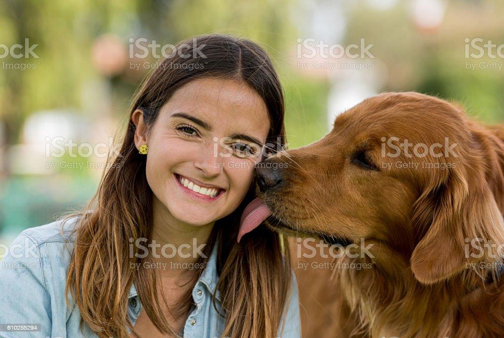 Hund Küssen Eine Glückliche Frau Stockfoto und mehr Bilder