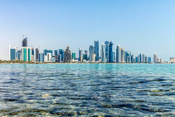 vue du quartier d'affaires de doha - qatar photos et images de collection